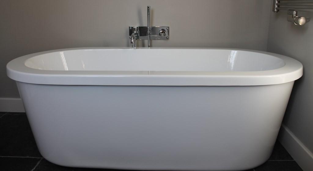 Vrijstaand bad en badkraan gemonteerd