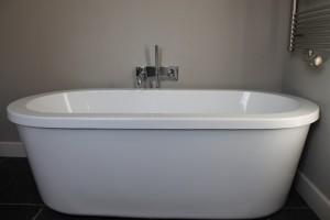 Vrijstaand bad aangesloten op nieuwe riolering